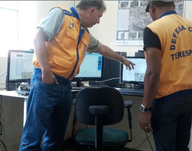 Secret�rio e Sub-Secret�rio de Defesa Civil, acompanhando as informa��es do Radar Meteorol�gico